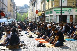 musulmanes-orando-en-la-calle-en-europa