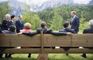 JDM070 ELMAU (ALEMANIA) 08/06/2015.- El presidente de Estados Unidos, Barack Obama (c); la canciller alemana, Angela Merkel (c-i); y el primer ministro italiano, Matteo Renzi, se sientan en un banco frente a las montañas Wetterstein, en el palacio de Elmau (Alemania), hoy, lunes 8 de junio de 2015. La lucha contra el cambio climático es el tema de la sesión de trabajo con la que los líderes del G7 iniciaron hoy la segunda y última jornada de la cumbre que arrancó ayer en el palacio de Elmau. MICHAEL KAPPELER / POOL