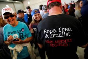 partidarios-de-trump-muestran-una-camiseta-instando-al-linchamiento-de-periodistas