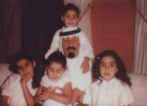 rey-con-sus-cuatro-hijas