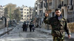 soldado-sirio-hace-la-senal-de-victoria-en-un-barrio-del-este-de-alepo