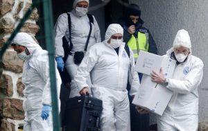 Agentes del equipo forense de la Policía Nacional abandonan la vivienda donostiarra en la que fue detenido el pasado día 16 un presunto terrorista yihadista marroquí que lideraba una célula.