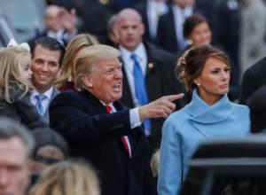 Donald Trump, junto a Melania Trump, tras jurar como presidente de EEUU el pasado viernes