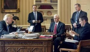 Trump conversa con líderes extranjeros desde el Despacho Oval en presencia de sus asesores