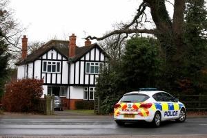 Un coche de policía ante la vivienda de Surrey en la que teóricamente vivía Christopher Steele