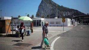 Un hombre camina cerca de la frontera con Gibraltar