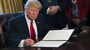 El presidente de Estados Unidos firma una orden ejecutiva en el Despacho Oval de la Casa Blanca