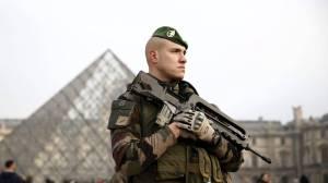 La zona del Museo del Louvre ha sido acordonada por militares