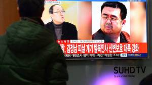 Pantallas de televisión muestran noticias sobre la muerte de Kim Jong-nam, en Seúl