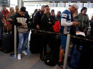 Viajeros esperan para embarcar hacia Miami en el aeropuerto El Dorado de Bogotá